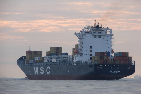 MSC Geneva deixa o rio Itajaí-Açu numa manhã de verão